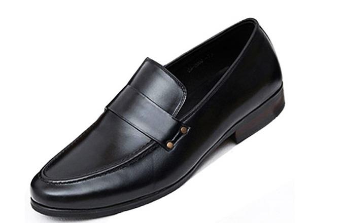 Giày tây đai đinh tánthương hiệu Lucacy giá gốc 890.000 đồng, giảm còn 588.000 đồng trong ngày 1/8. Đế cao 2,5cm, làm từ cao su chống trượt,tạo cảm giác êm ái khi di chuyển. Da giày từ da bò nguyên tấm, lót giày mềm mại, êm chân.