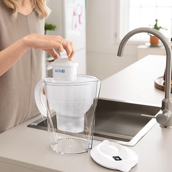 Bình lọc nước Brita Marella XL White có dung tích 3,5 lít, thể tích nước sau khi lọc là 2 lít. Bình lọc đã bao gồm lõi lọc,có thể thay thế.Chất liệu sản phẩmkhông chứa BPA hay các chất độc hại khác,an toàn cho người sử dụng.Tuổi thọ của lõi lọc tùy vào lượng nước sử dụng (có thể lọc lên đến 150 lít) hoặc nên thay lõi lọc sau 4 tuần.Thiết kế thân thiện, hiện đại với chỉ báo điện tử thông minh, có thể đếm thời gian từ khi bắt đầu sử dụng lõi lọc,thông báo cho người dùng khi cần thay thế lõimới. Sản phẩm có giá 829.000 đồng, giảm 39% so với giá gốc.