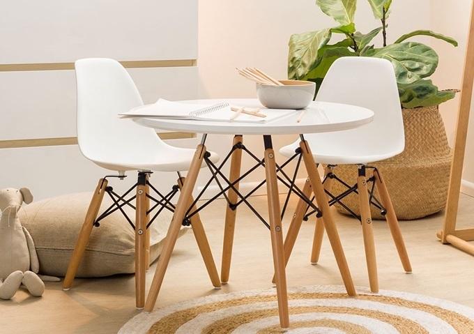 Bộ bàn trònEiffel trắng hai ghế làm từ gỗ sồi cùng khung sắt kết cấu đan chéo vững chắc, gợi liên tưởng hình ảnh tháp Eiffel. Mặt bàn màu đen hoặc trắng, làm từ gỗ MDF cao cấp, phủ melamin chống thấm, chống trầy, dễ dàng lau chùi vệ sinh. Ghế được làm từ nhựa PP mờ cao cấp, màu sắc đa dạng.Sản phẩm đang giảm 35% trênShop VnExpress, từ 3,37 triệu còn 2,19 triệu đồng.
