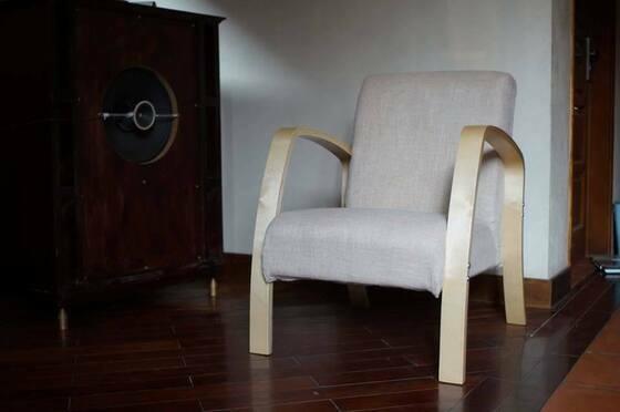 Ghế sofa Normandy nhập khẩu nguyên chiếc với kiểu dáng Bắc Âu đơn giản, sang trọng. Khung làm từ gỗ bạch dương, đệm chất liệu vải cotton, thoáng khí mềm mại, chống bụi. Kích thước ghế đơn 62 x 80 x 78 cm. Sản phẩm đang được bán với giá 1.890.000 đồng.