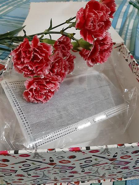 Quà tặng Valentine là khẩu trang được nhiều người dành tặng bạn gái, vợ năm nay. Ảnh: Hồng Hoa.