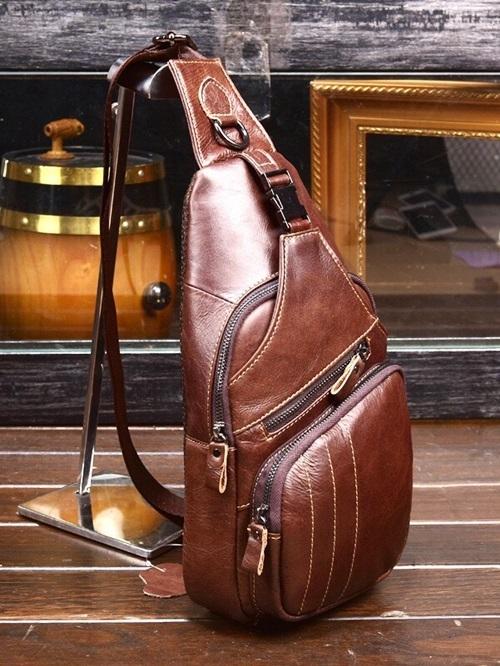 Túi đeo chéo một quai có chất liệu da PU cao cấp, không bám bụi và chống thấm. Phái mạng có thể chọn tông nâu đậm, nâu sáng hay đen để biến tấu phong cách. Sản phẩm giảm 27% còn 550.000 đồng (giá gốc 750.000 đồng).