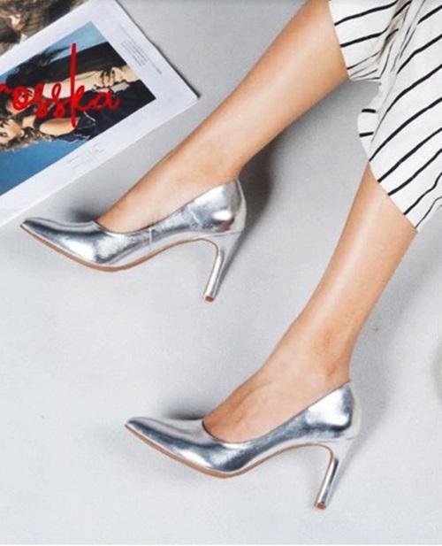 Giày cao gót kitten heels EH023 (GO) Erosska gót nhọn 7cm thời trang ánh kim, thích hợp mang trong các dịp dạ tiệc phối cùng váy áo màu đen, trắng, be hoặc ánh kim. Sản phẩm đang giảm 50%, còn 199.000 đồng (giá gốc 400.000 đồng).