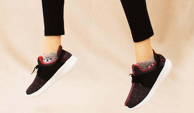 Sneaker Erosska ZR013 (BA)phối màu đa dạng với tông xám, cam, trắng. Giày được làm từ chất liệu Textlie, chú trọng kiểu dáng mũi tròn, thắt dây. Thân giày đục lỗ tạo nét cá tính và giúp đôi chân thêm thoáng khí trong tiết trời nóng bức. Thiết kế thích hợp với những cô gái chuộng phong cách năng động. Sản phẩm đang giảm 34%, còn199.000 đồng (giá gốc 300.000 đồng).