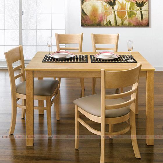 Sản phẩm làm từ gỗ cao su tự nhiên, đã qua chế biến chống cong vênh mối mọt, sản xuất tại Việt Nam, đạt chất lượng xuất khẩu Hàn Quốc. Bộ bàn ghế phù hợp với phòng diện tích nhỏ hoặc có thể đặt ở một góc nhỏ trong phòng lớn. Ghế có nệm dày, vỏ bọc nệm simily, tạo cảm giác êm ái, thoải mái cho người ngồi. Bộ sản phẩm một bàn, bốn ghế đang được giảm giá 48%, còn 2,712 triệu đồng. Ngoài ra, mẫu sản phẩm này còn có các bộ 6 hay 8 ghế với nhiều kích thước bàn. Sản phẩm bảo hành 12 tháng.