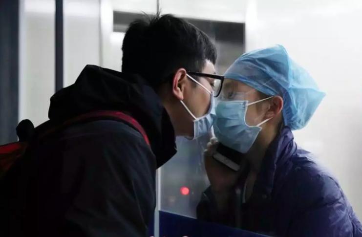 Chen Ying và bạn trai trao nhau nụ hôn hôm 4/2 qua kính cách ly. Ảnh: Chinanews.