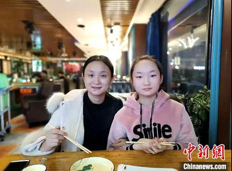 Bác sĩ Lưu Nhạn Hồng và con gái Tào Gia Thụy. Ảnh: chinanews.
