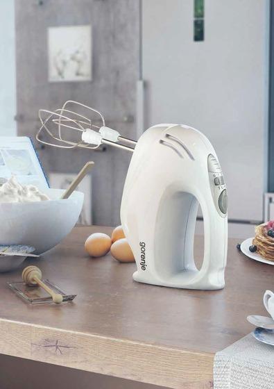 Máy đánh trứng Gorenje Mixer ME501N có trọng lượng nhẹ, thao tác bằng tay linh hoạt.