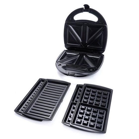 Máy nướng bánh sandwich 3 trong 1 Tiross TS513 dùng để nướng các loại bánh có dạng lát mỏng hoặc các loại bánh tự làm. Máy có ba chức năng: nướng bánh sandwich, bánh mì kẹp, vỉ nướng đa năng để nướng thức ăn như thịt, củ quả... Thiết kế khuôn nướng được 4 bánh cùng lúc, giúp tiết kiệm thời gian. Vỏ được thiết kế chịu nhiệt bền, tay cầm cách nhiệt hoàn toàn. Khay nướng phủ lớp chống dính có thể tháo rời để vệ sinh hoặc thay thế. Máy có đèn báo hiệu khi nướng xong, hệ thống kiểm soát nhiệt độ tự động và chốt an toàn khi sử dụng. Sản phẩm có giá 655.000 đồng, giảm 17% so với giá gốc.