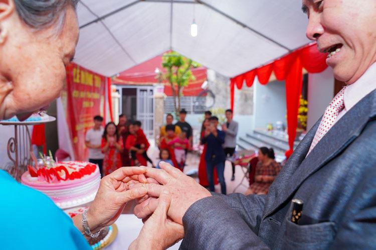 Đám cưới vàng của ông Thắng và bà Thịnh có phần trao nhẫn cưới, cắt bánh, dưới sự cổ vũ của con, cháu, chắt- những thứ mà 50 năm trước, họ không có trong hôn lễ của mình. Ảnh: Nhân vật cung cấp.