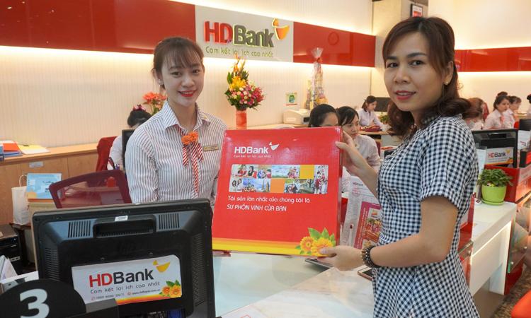 Khách hàng được tặng thêm quà khi gửi tiết kiệm tại HDBank vàtham giachương trình Vạn sự như ý - Canh Tý hết ý - Trúng vàng nguyên ký