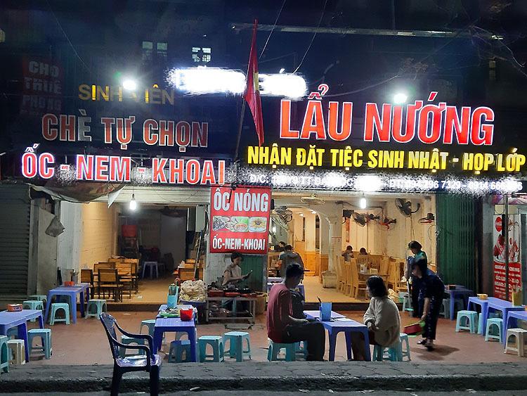 Quán ăn ở ngõ Tự Do - nơi có đông khách hàng là sinh viên vắng tanh tối 15/2. Ảnh: Phạm Nga.