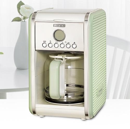 Máy pha cà phê tự độnghiệu Ariete có khả năng pha từ 4 đến 12 ly cà phê trong một lần. Chức năng hẹn giờ giúp giữ ấm thức uống, tiết kiệm điện nặng. Ngoài ra, thiết kế kính cường lực giữ nhiệt, phần đế giữ nóng an toàn. Sản phẩm đanggiảm 35% trên Shop VnExpress, còn 2,394 triệu (giá gốc 2,66 triệu đồng).