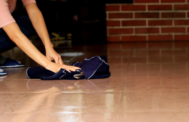 Sàn nhà chị Ngọc sau khi lau xong vẫn ướt. Ảnh: Phan Dương.