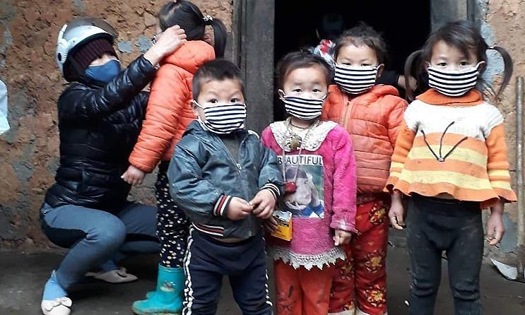 Cô giáo cắm bản Phạm Phương Hồng và các học sinh của xã vùng cao Sủng Là, huyện Đồng Văn, Hà Giang. Ảnh nhân vật cung cấp.