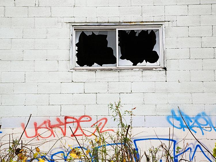 Định luật chỉ ra là, nếu ô cửa của một ngôi nhà bị phá vỡ mà không ai sửa chữa, các nhà khác cũng có nguy cơ bị phá cửa sổ. Ảnh: NHPR.