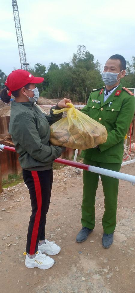 Khoai lang được bà con nhân dân trong xã Sơn Lôi mang đến điểm trực chốt tặng cán bộ. Ảnh: Phan Thảo.