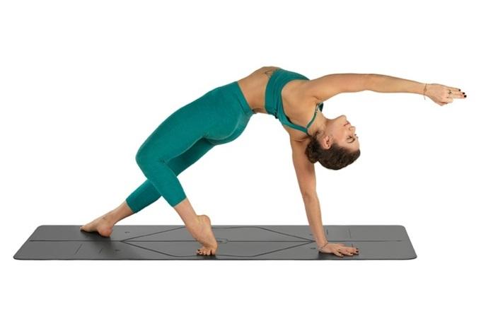 Thảm tập yoga với đường kẻ định tuyếnPU Liforme 4.2mm. Chất liệu PU cao su giúp bạn vẫn bám chặt ngay cả khi bạn có mồ hôi ướt nhiều trong khi tập luyện. Tấm thảm dài hơn và rộng hơn tạo không gian thoải mái cho các tín đồ yoga. Sản phẩm đang giảm 16%, còn 3,8 triệu đồng (giá gốc 4,5 triệu đồng).