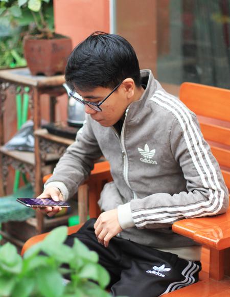 Thắng thường đấu cờ trên mạng với người chơi từ khắp nơi trên thế giới để nâng cao kỹ năng trong những ngày nghỉ dịch. Ảnh: Phan Dương.