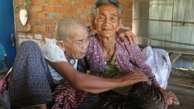 Bun Sen (trái) ôm chị gái Bun Chea sau 47 năm xa cách. Ảnh: CCF.