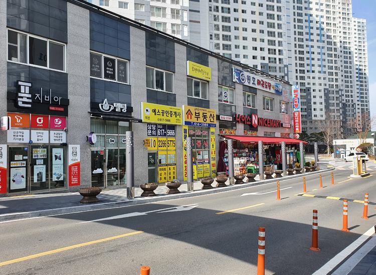 Đường phố xung quanh nhà Thanh Hoài vắng vẻ hôm 22/2. Ảnh: NCVV.