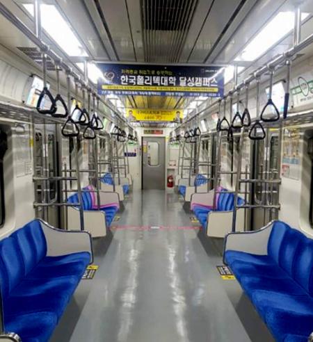 Tàu điện ngầm lúc 7 giờ tối 22/2 từ thành phốGyeongsan lên Daegu và ngược lại vắng tanh. Ảnh: Vũ Vinh.