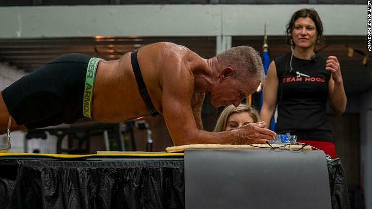 George Hood lập kỷ lục thế giới sau khi plank 8 tiếng 15 phút 15 giây. Ảnh: CNN.