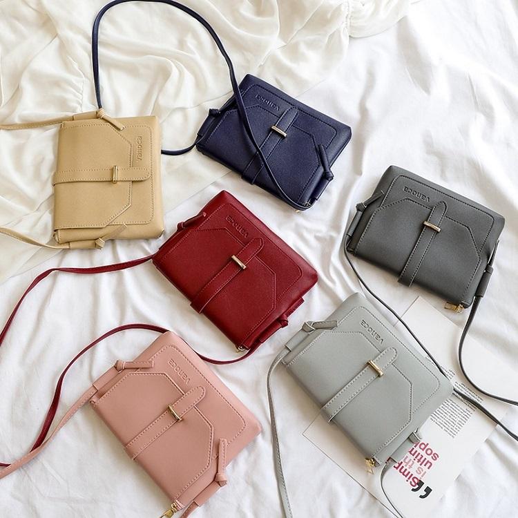 Túi đeo chéo nữ Vanoca VN152 làm từ chất liệu da PU bền đẹp, đường may tỉ mỉ. Thiết kế túi dạng nắp gài, màu sắc trang nhã, đa dạng cho chị em lựa chọn: hồng, vàng, xanh xám, đỏ , xanh dương đậm, đen... Túi có ngăn chứa đồ rộng rãi, đựng được nhiều vật dụng như chìa khóa, son môi, hộp bấn, gương, ví tiền...
