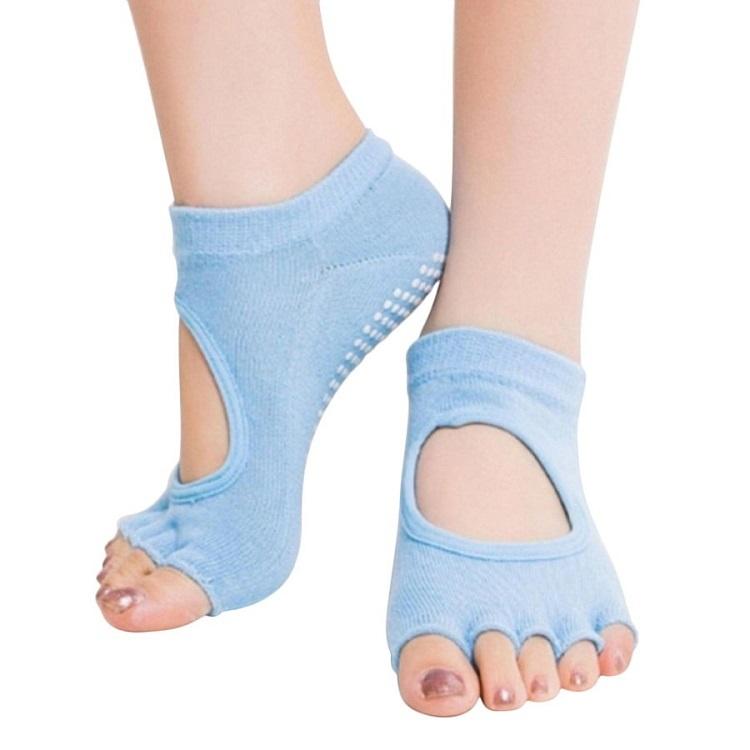 Vớ tập yoga chống trượt được thiết kế thông minh, giúp hỗ trợ quá trình tập luyện cho người sử dụng. Chất liệu cotton co giãn tốt, độ bền cao, thoáng mát. thấm hút mồ hôi.Thiết kế dạng 5 ngón rời, có đính hạt PVCdưới lòng bàn chân chống trơn trượt, giúp massage bàn chân đồng thời giữthảm của bạn luôn luôn sạch sẽ.