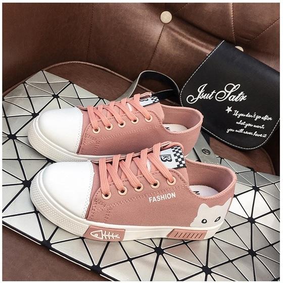 Giày sneaker nữ Passo G071 may từ chất liệu vải da tổng hợp. Phần đế cao su có thiết kế răng cưa, xẻ rãnh cách điệu, chống trơn trượt. Mũi giày tròn, ôm chân, tạo cảm giác thoải mái khi đi. Kiểu giày thể thao, cột dây năng động, giày dễ phối hợp cùng jeans, váy maxi. Giày size 35, đang được siêu sale với giá 29.000 đồng.
