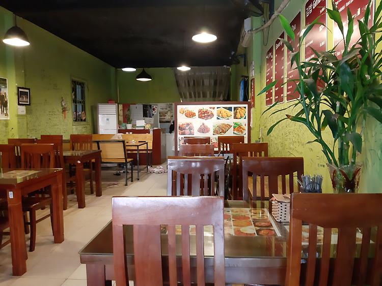 Một nhà hàng Hàn Quốc trên phố Trần Văn Lai, thuộc khu đô thị Mỹ Đình không một khách hàng vào trưa 25/2. Ảnh: Phạm Nga.