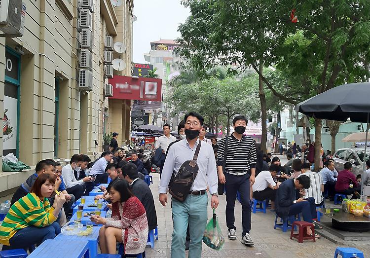 Trưa 25/2, tại các quán hàng vỉa hè trên phố Trần Văn Lai vẫn tấp nập khách văn phòng người Việt. Ảnh: Phạm Nga.
