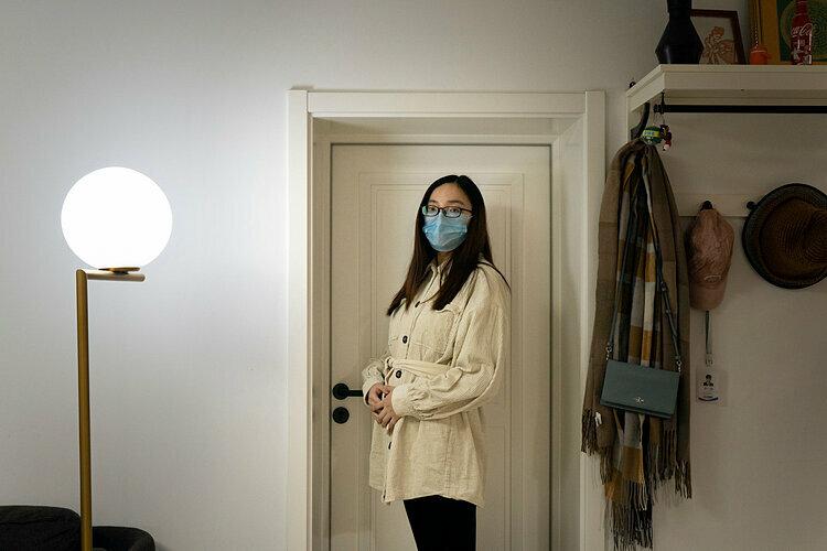 Vigor Liu trong căn hộ ở Bắc Kinh. Mang thai 20 tuần, cô lo lắng về việc đi lại giữa mùa dịch. Ảnh: Giulia Marchi/The New York Times.