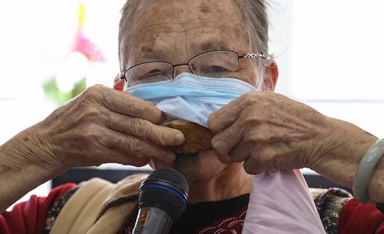Lau Choi-yu nhét vỏ trái cây bên dưới khẩu trang để tái sử dụng nhiều lần. Ảnh:Nora Tam/SCMP.