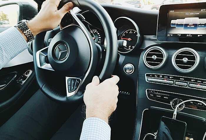 Nghiên cứu tìm thấy chủ nhân của những chiếc xe sang thường lái xe ẩu, hay lên mặt ta đây với chủ xe khác. Ảnh: CNBC.