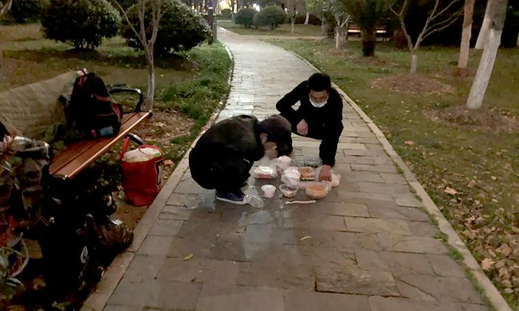 Cao Cường và Thiện Khoan chờ đến tối để xin nước nóng ở một bệnh viện gần đó để nấu mì tôm. Có ngày họ chỉ ăn 1 bữa. Ảnh: qq.