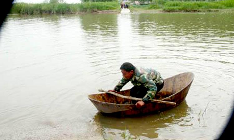 Người đàn ông này đã vượt sông Dương Tử một mình bằng thuyền tự chế với mong muốn quay trở lại nơi làm việc để