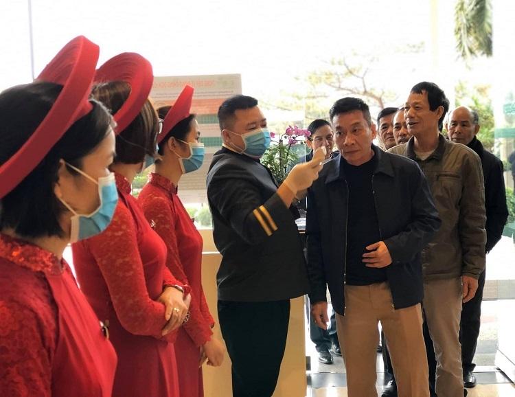 Đám cưới cặp đôiHữu Hùng - Phương Giangở TP Hạ Long đầu tháng 2/2020, khi Việt Nam xuất hiện nhiều ca dương tính với nCoV. Toàn bộ nhân viên khách sạn đều đeo khẩu trang, kiểm tra nhiệt độ cho khách dự cưới. Ảnh: Nguyễn Hữu Hùng.