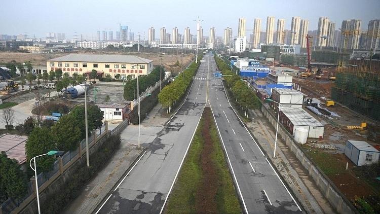 Đường phố Vũ Hán thênh thang, không bóng người qua lại. Ảnh: AFP.