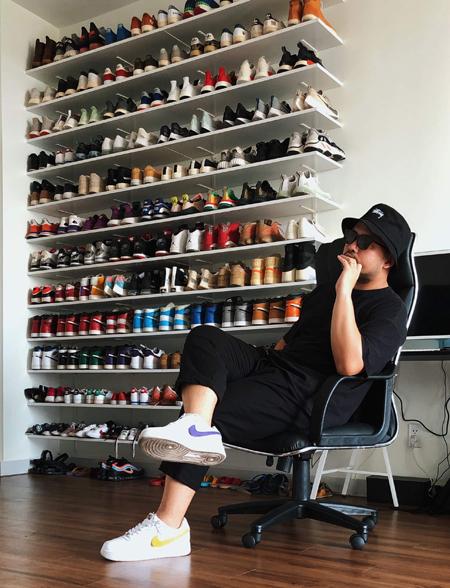 Tủ giày của Nghĩa chứa được 130 đôi, ngoài ra anh để ở công ty và gửi bạn bè. Ảnh: Nhân vật cung cấp.