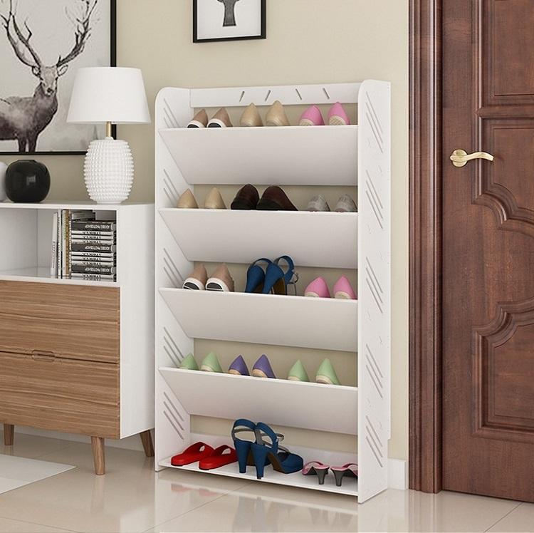 Khác với các sản phẩm ở trên, đều có cửa lật, kệ giày dạng mở của Igea vẫn có thiết kế kệ đỡ giày nghiêng, giúp giữ phom dáng cho giày. Sản phẩm có sức chứa khoảng 15 đôi giày, thích hợp với nhữngcăn hộ nhỏ hoặc gia đình ít người, còn độc thân. Kệ giày có giá giảm 36%, còn 289.000 đồng.