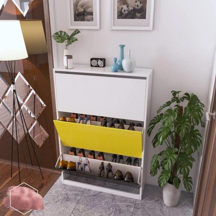 Với phối màu bắt mắt, kết hợp giữa trắng, vàng và đen, tủ để giày thông minh của Igea thích hợp với những không gian nhà ở nhiều màu sắc tươi sáng. Tủ rhiết kế gồm 3 tầng, mỗi tầng hai ngăn chứa giày, cho sức chưa lên đến 24 đôi. Cửa lật giúp bảo vệ giày khỏi bụi bẩn, giữ nguyên phom dáng. Sản phẩm có giá 1,05 triệu đồng, giảm 38% so với giá gốc.