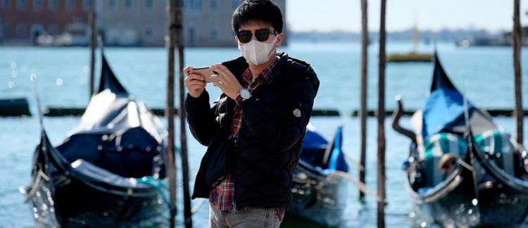 Virus corona lan khắp toàn cầu. Ảnh: REUTERS/Manuel Silvestri.
