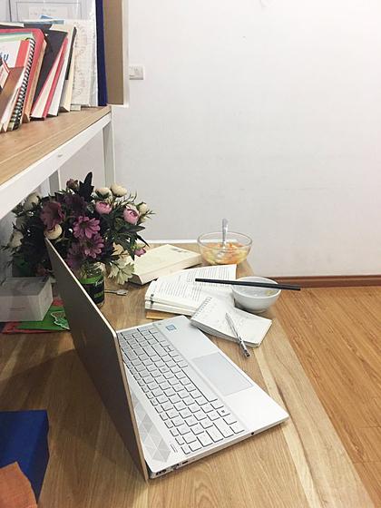 Ở nhà, bàn làm việc cũng trở thành bàn ăn của Phương Anh. Ảnh: Nhân vật cung cấp.