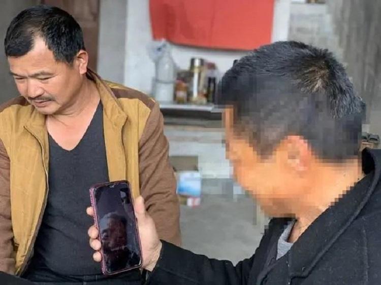 Zhu trò chuyện với mẹ ruột qua màn hình điện thoại. Ảnh: Sina.