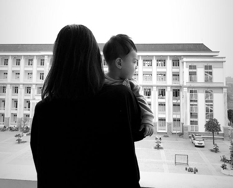 Kim Chi và bé Khánh Đăng chiều 10/3 tại tầng 4, khu cách ly Trường quân sự Sơn Tây. Ảnh: Nhân vật cung cấp.