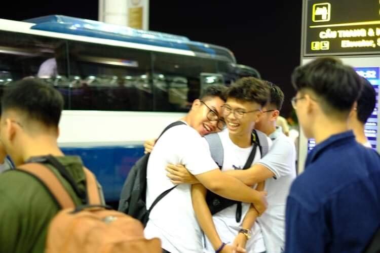 Con trai chị Nga (đang được các bạn ôm ở giữa) trước giờ lên máy bay đi du học hè vừa qua. Chàng trai đã lên được chuyến máy bay cuối cùng từ Pháp về Việt Nam lúc 7h sáng 18/3 và đã vào khu cách ly ở ngoại thành Hà Nội.Ảnh: Nhân vật cung cấp.