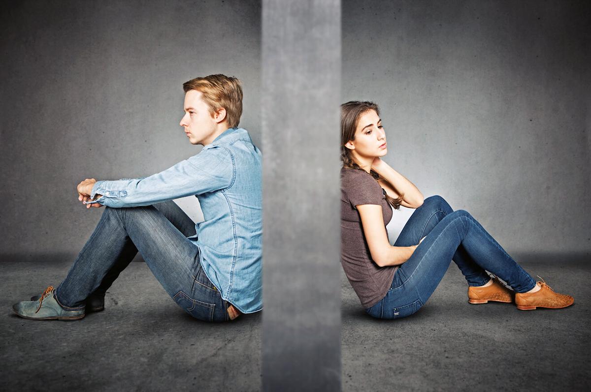 Sự thay đổi cách tương tác xã hội để phòng tránh dịch bệnh khiến các cặp đôi phát sinh thêm nhiều cuộc tranh cãi. Ảnh: MenHealth.