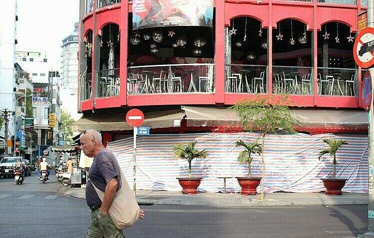 Một quan bar trên đường Bùi Viện, quận 1 tạm ngưng hoạt động sau lệnh của UBND thành phố chiều ngày 14/3. Ảnh: Diệp Phan.