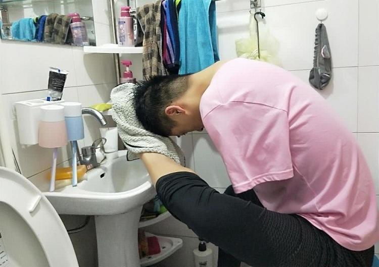 Không tay, Gangzi tự sinh hoạt bằng chân. Ảnh:Kuaibao.
